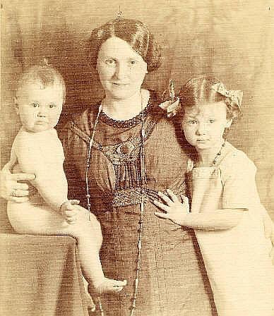 Hildegard Schnorr von Carolsfeld mit ihren Töchtern Ursula und Christina