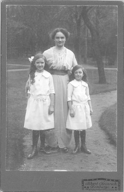 Freilichtporträt von Elsa Heinrich mit ihren Töchtern Erika und Marianne