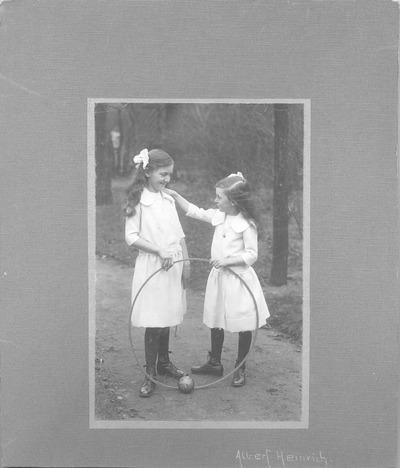 Kinderdoppelporträt der Schwestern Erika und Marianne Heinrich (spätere verehelichte Schmiedel)