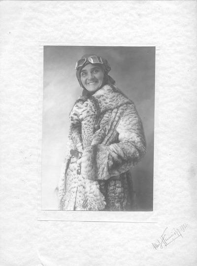 Porträt Elsa Heinrich im Pelzmantel und mit Lederkappe sowie Schutzbrille