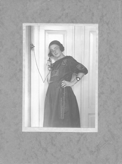 Jugendbildnis von Marianne Schmiedel (geb. Heinrich) am Telefon