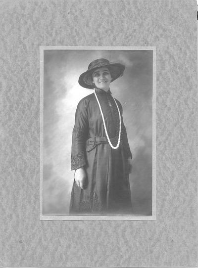 Porträt Elsa Heinrich mit Hut und Perlenkette
