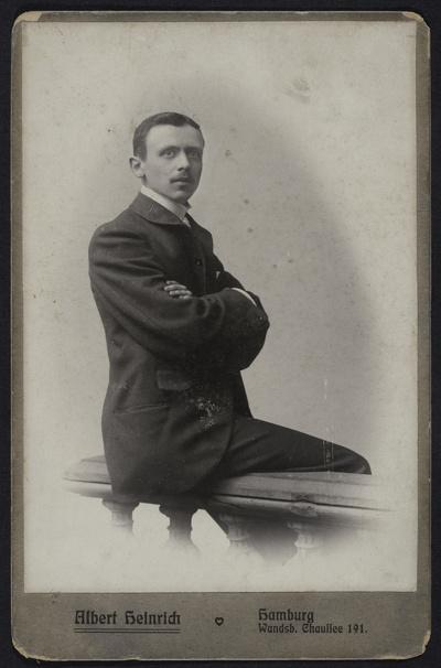 Porträt Richard Heinrich, auf einer Balustrade sitzend, aufgenommen im Photoatelier in Hamburg, Wandsbeker Chaussee 191