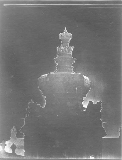 Dresden. Zwinger, Kronentor (1714-1718; Wiederherstellung 1950, Restaurierung 1985/1989). Teilansicht mit Attika und Haube. Fotografie und Pseudo-Solarisation, signiert und datiert
