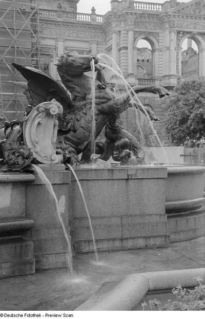 Detail des Mendebrunnens mit einem Hippokampen