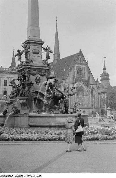 Ansicht des Mendebrunnens, im Hintergrund die Universitätskirche St. Pauli