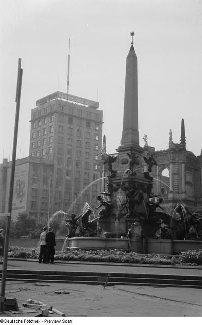 Ansicht des Mendebrunnens mit Hippokampen und Tritonen