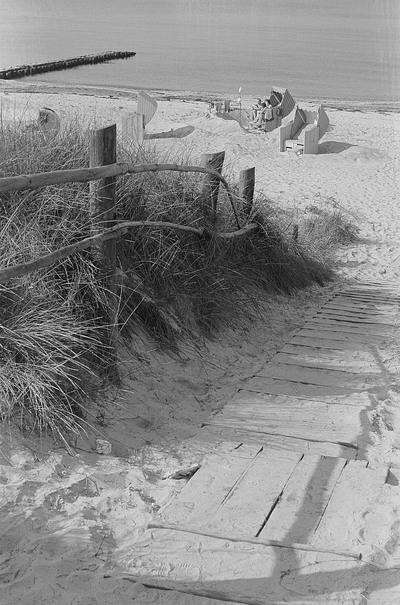 Blick auf Ostsee und Strand mit Badegästen