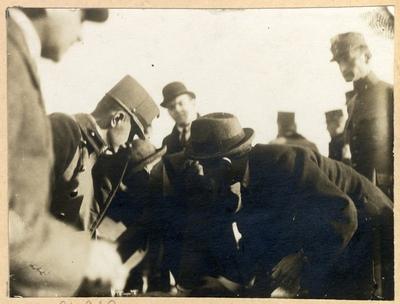 Károlyi Mihály és kísérete Belgrádba utazik a Franchet d'Espérey tábornokkal való fegyverszüneti tárgyalásra. Károlyi Mihály aláírja a meghatalmazást. Balra Csernyák Imre