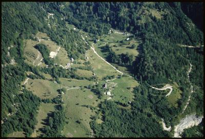Image from object titled Soča - Naselje Soča in dolina reke Soče (pogled iz zraka), fotografija