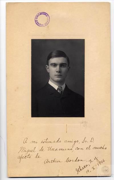 Retrato de estudio. Hombre. Arthur Gordon. Estados Unidos.