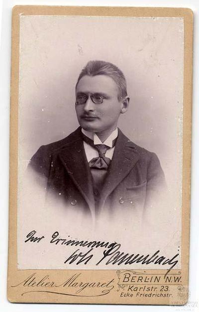 Retrato de estudio. Hombre con bigote pequeño y gafas. Berlín. Alemania.
