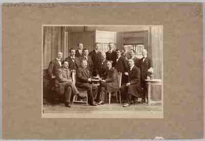 Plaats van de personen achter op de foto