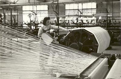 Textielarbeidster aan het werk