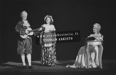 17.3. ja 27.3.1945 Kohtaus oopperasta Figaron häät. Kreivitär-Sirkka Sola, Suzanne-Thelma Järveläinen ja Cherubino-Maire Partanen.