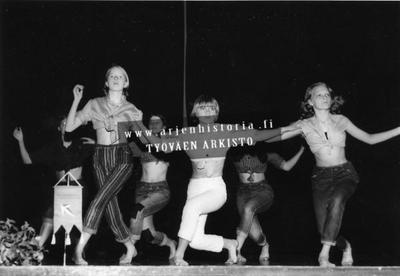 Tyttöjen tanssiesitys.