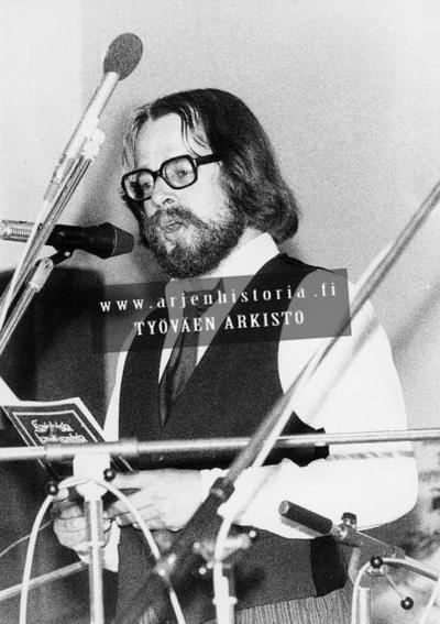 Kuvassa Heikki Laitinen esiintymässä jossakin työväen kulttuuritilaisuudessa?. Laitinen esitti 1970-luvulla suomalaista ja saamelaista kansanmusiikkia. Hänen aloitteestaan syntyi kansanmusiikkiopisto, jonka johtajanakin...