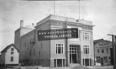 """Virginian Suomalaisten """"The Virginia Finnish Socialist Opera House"""". Talo valmistui 1913 ja ensimmäinen esitys pidettiin 5.4.1913 kuoronjohtajana oli Jukka Makirinne."""