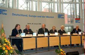 Gruppenaufnahme mit EU-Kommissar Günter Verheugen und Präsident Deutscher Bundestag Wolfgang Thierse und MdEP der liberalen polnischen Partia Demokratyczna (DP) Bronislaw Geremek, Alt-Bundespräsident Richard von Weizsäcker...