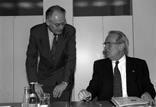 Gruppenaufnahme mit SPD-MdB Peter Glotz und Ministerpräsident Nordrhein-Westfalen Johannes Rau