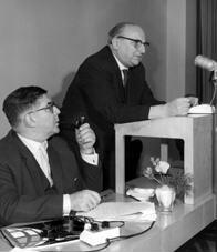 Gruppenaufnahme mit Oberkirchenrat Heinz Kloppenburg und evangelischer Theologe Hans-Joachim Iwand