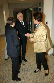 Gruppenaufnahme mit Historikerin Beatrix Bouvier und Geschäftsführer Friedrich-Ebert-Stiftung a.D. Jürgen Burckhardt und Vorsitzende Friedrich-Ebert-Stiftung Anke Fuchs