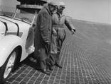 Gruppenaufnahme mit Rennfahrer Helmut Niedermayr und Adolf Brudes