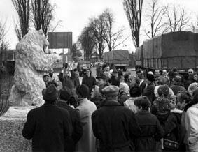 Außenaufnahme mit Bezirksbürgermeister Berlin-Spandau Herbert Kleusberg und Berliner Bildhauerin Lily Voigt