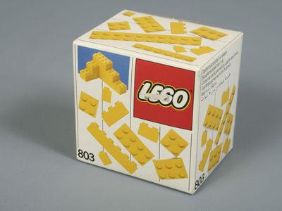 Een ongeopende doos Lego (nummer 803) met 11 verschillende type bouwstenen, Op de doos zijn gele bouwstenen afgebeeld.