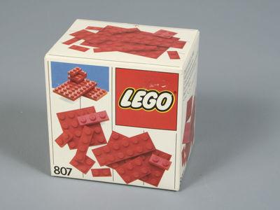 Een ongeopende doos Lego (nummer 807).met 42 bouwstenen van 17 verschillende types. Op de doos zijn rode bouwstenen afgebeeld.