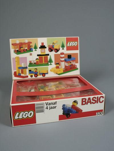 Een doos Lego (nummer 330, type Basic) met 148 bouwstenen en figuren van 38 verschillende types. Deze doos is geschikt voor kinderen vanaf vier jaar. De doos heeft een flap met bouwvoorbeelden en is ingedeeld in vakken...