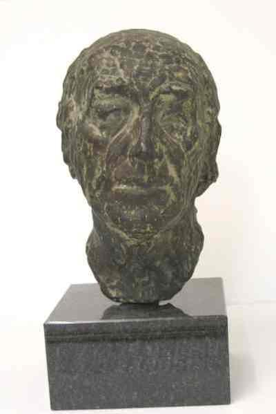 Een bronzen portret van de musicus Albert de Klerk, 1975. In dit portret van de organist, dirigent en componist Albert de Klerk (1917-1998) is het oppervlak niet glad gepolijst zoals in zijn vroegere werk; de kleiaanzetten...