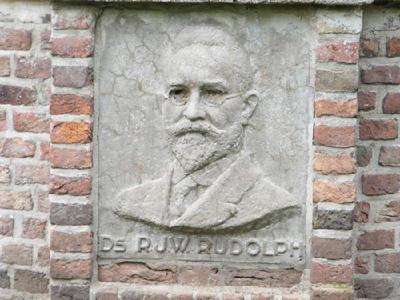 Dit gedenkteken voor R.J.W. Rudolph bestaat uit een put, zoals je die in oude dorpskernen nog wel eens ziet. Het is een ontwerp van architect H.A. Pothoven Senior. In de muur van de put bevindt zich een plaquette, gemaakt...