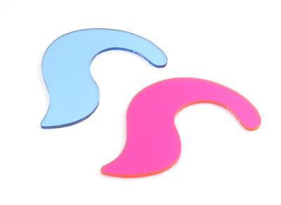 Twee platte kunststof schijfjes die om het oor gehangen, De organische vorm doet denken aan een dolfijn of een vraagteken. Eén is in roze (A) en de ander in lichtblauw (B).