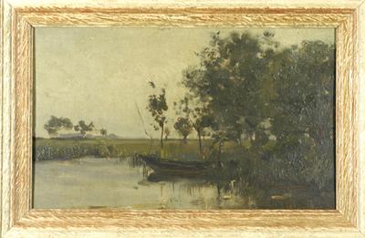 Op de voorgrond houten boot in water. Rechts, op de wal, een bosschage. Links, op achtergrond, nog enkele bomen.