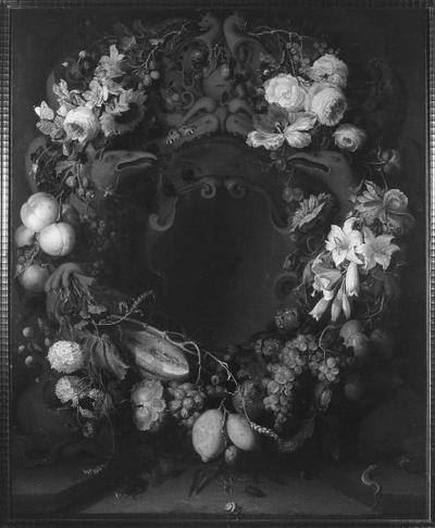 Schilderij met als voorstelling een stilleven met krans van bloemen en fruit. Pendant van GM 6878.