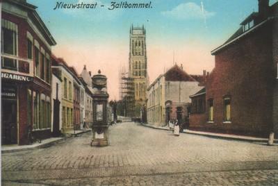 Image from object titled straat met pomp en toren in de steigers,op de hoek sigarenwinkel van van Diggelen.