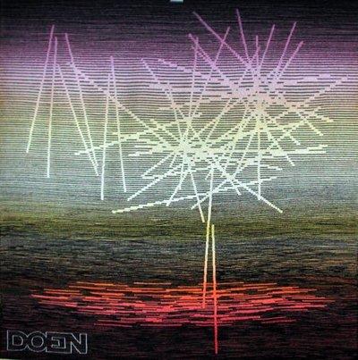 """Wandtapijt met abstracte voorstelling en de tekst """"""""Doen"""""""" links onder."""