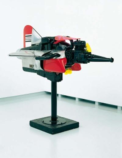 Machine no. 7 heeft door het gebruik van staal en aluminium een machinaal uiterlijk. De luxe uitstraling en het gebruik van felle kleuren zijn kenmerkend voor de Pop Art in de jaren zestig.; Tajiri heeft zijn werk treffend...