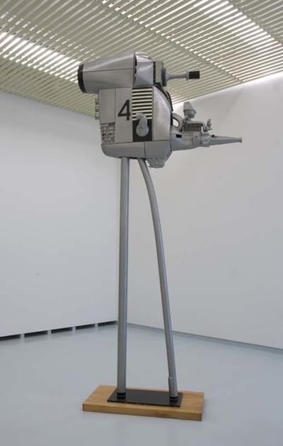 Machine no. 4 is een combinatie van een ruimtecapsule, een mitrailleur en een tv-camera. Met zijn buitenaards aanzicht en de gestroomlijnde vormgeving ziet het object er uit als een hybride werktuig, een overrompelende...