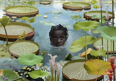 In het fotowerk World#7 steekt een meisjeshoofd speels boven het water uit te midden van de schaalvormige bladeren van de Victoria Amazonica. De beeldelementen zijn integraal uitgelicht, waardoor de kleurintensiteit wordt...