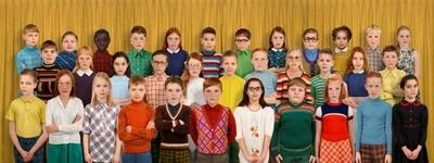 'Generation #1' is een belangrijke mijlpaal in het oeuvre van Ruud van Empel. De grote panoramische foto toont een groepsfoto met 34 schoolkinderen, allemaal verschillend en kleurrijk gekleed in de jeugdmode van de late...