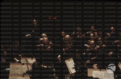 Claudio Abbado mentre dirige l'orchestra (foto scura)