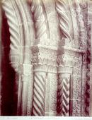 Particolare del portale del fronte settentrionale della Cattedrale di Palermo. In primo piano le colonnine e i capitelli che lo ornano