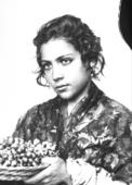 Ritratto di giovane ragazza siciliana con cesto d'uva