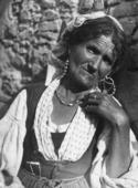 Primo piano di anziana donna siciliana