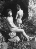 Adolescenti nudi posano in un bosco