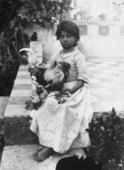 Ritratto di bambina siciliana con gallo