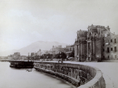 Ampio panorama del lungomare di Palermo su cui prospetta l'imponente Porta Felice