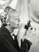 Donna che osserva una piccolo carillon